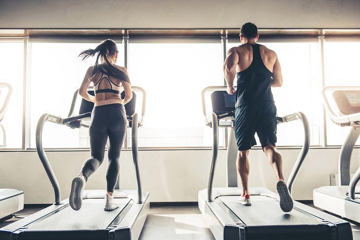Bieżnie powyżej 2000 zł posiadają liczne programy treningowe, które ułatwiają ćwiczenie