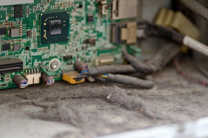 Długo nie czyszczone wnętrze komputera może być całe w kurzu