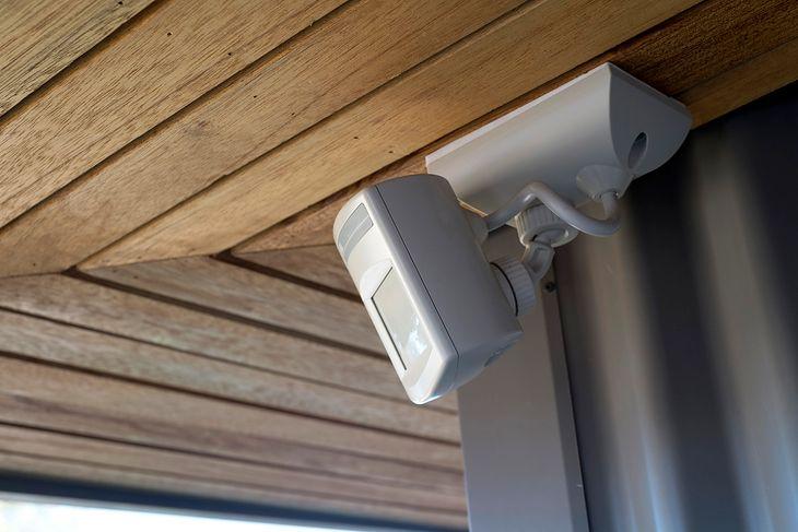 Lampy z czujnikiem ruchu to świetne zabezpieczenie stosowane na zewnątrz domu