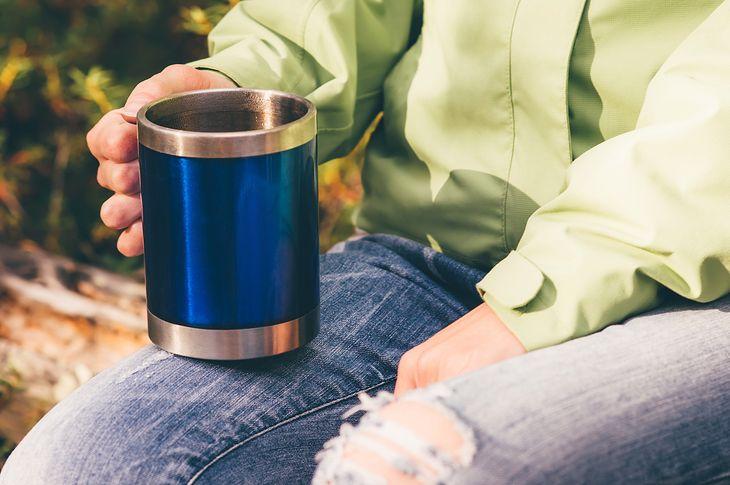 Napój w kubku termicznym z odkręcanym wieczkiem może szybko stracić optymalną temperaturę