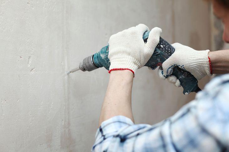 Wiertarka udarowa świetnie nadaje się do robienia dziur w betonie
