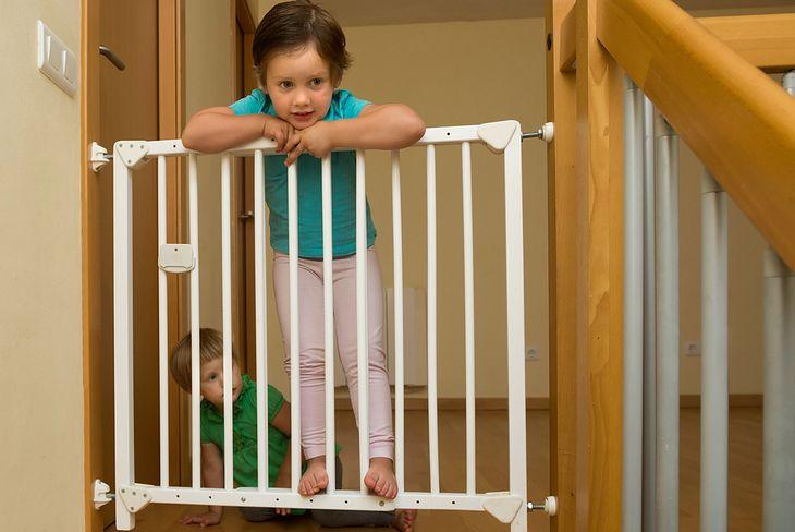 Barierki zamocowane przy schodach uchronią dziecko przed upadkiem