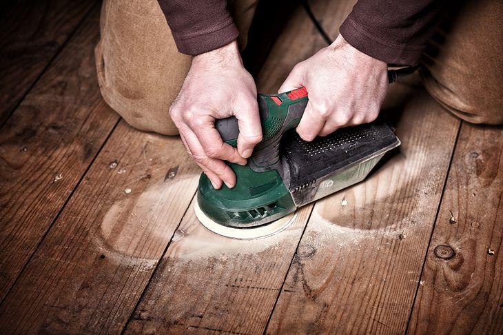 Odnawianie starej podłogi dobrze jest rozpocząć od szlifowania parkietu