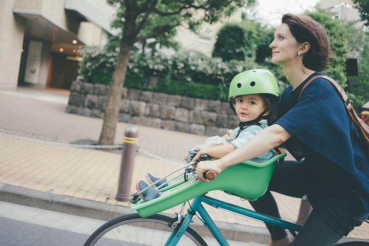 Fotelik rowerowy to niezbędnik każdej aktywnej mamy