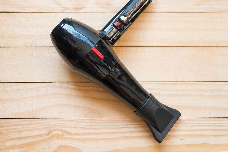 Suszarkę, którą z łatwością wysuszycie włosy, możecie dostać nawet za mniej niż 50 zł