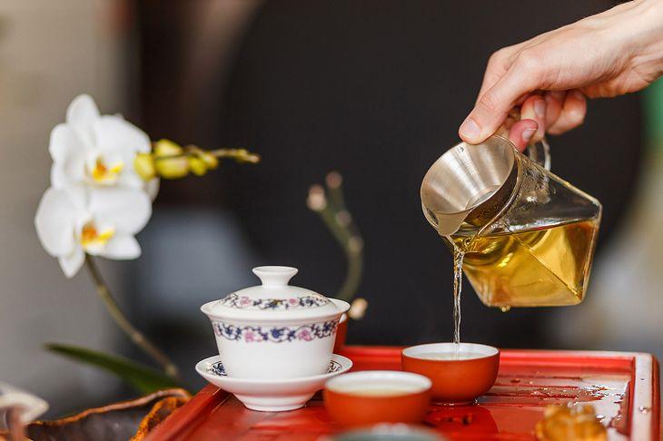 Zaparzacze do herbaty to specjalne nakładki lub całe naczynka, które przypominają połączenie kubka z dzbankiem