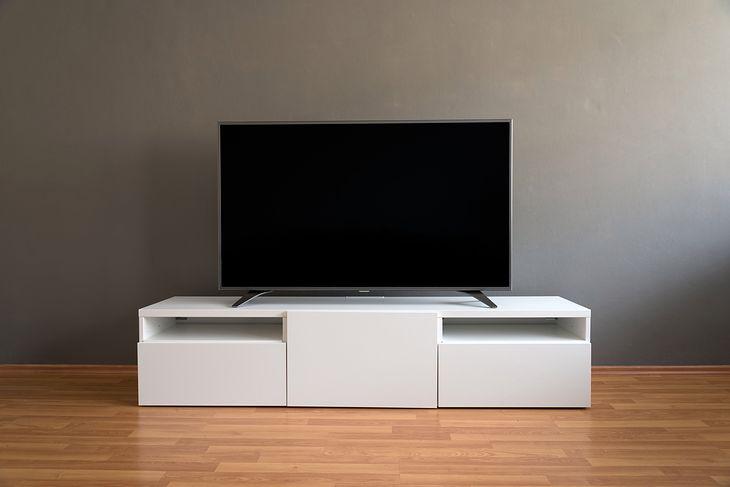 W sklepach jest coraz więcej nowoczesnych szafek i stolików RTV