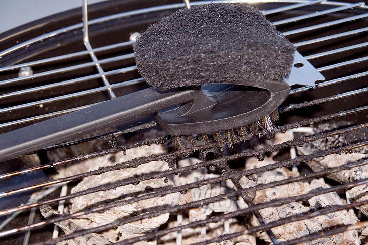 Specjalne szczotki do czyszczenia grilla spokojnie poradzą sobie z zabrudzonym rusztem