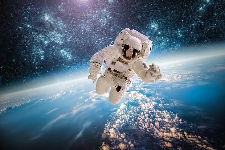 Fotografia astronauty w czasie spaceru kosmicznego pochodzi z serwisu Shutterstock