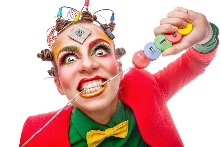 Zdjęcie kobiety gryzącej kabel pochodzi z serwisu Shutterstock