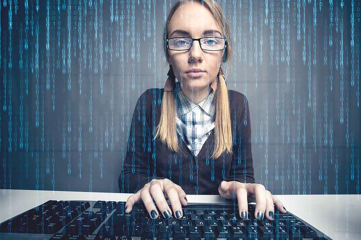 Zdjęcie dziewczyny przed komputerem pochodzi z serwisu Shutterstock