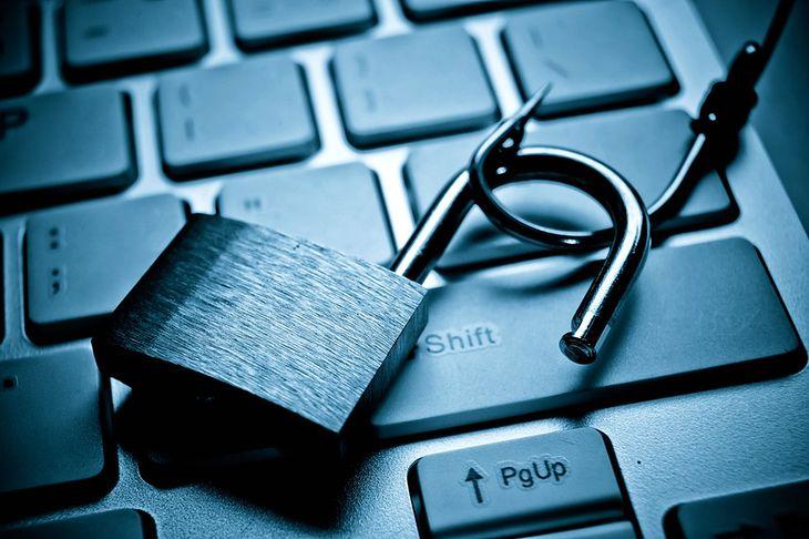 Zdjęcie kłódki na haczyku na klawiaturze pochodzi z serwisu Shutterstock