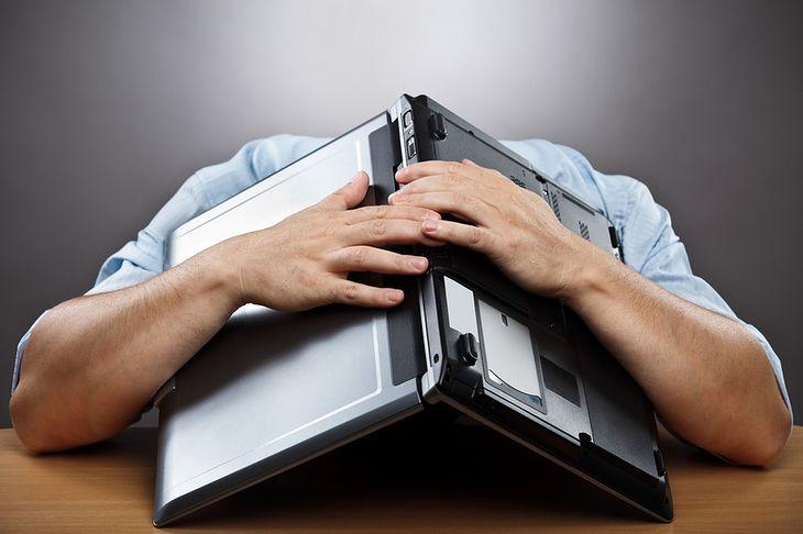 Zdjęcie rozłożonego na głowie laptopa pochodzi z serwisu Shutterstock