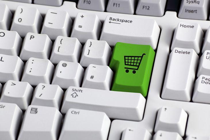 Zdjęcie klawiatury z wózkiem sklepowym pochodzi z serwisu Shutterstock