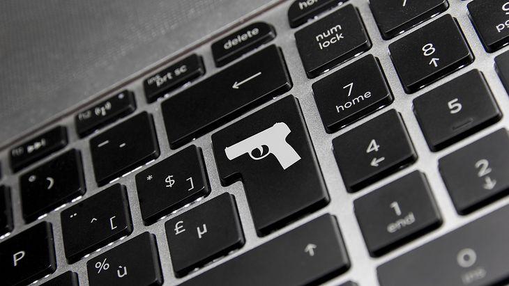 Zdjęcie klawiatury z symbolem pistoletu pochodzi z serwisu Shutterstock