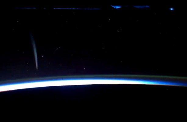 Kometa widoczna z ISS (fot. wideo: NASA / ISS)