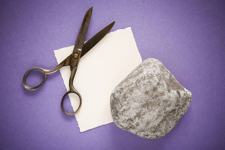 Zdjęcie kamienia, papieru i nożyc pochodzi z serwisu Shutterstock.