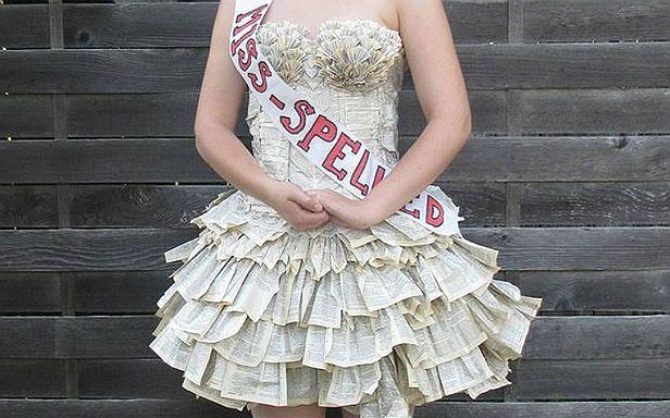 Sukienka zrobiona z książki