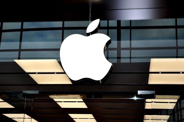 Zdjęcie logo Apple pochodzi z serwisu Shutterstock. Autor: Lester Balajadia