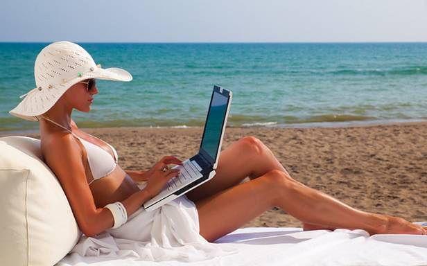 Jakie laptopy mogą nam towarzyszyć w czasie wakacji? (Fot. Thelussoreport.com)