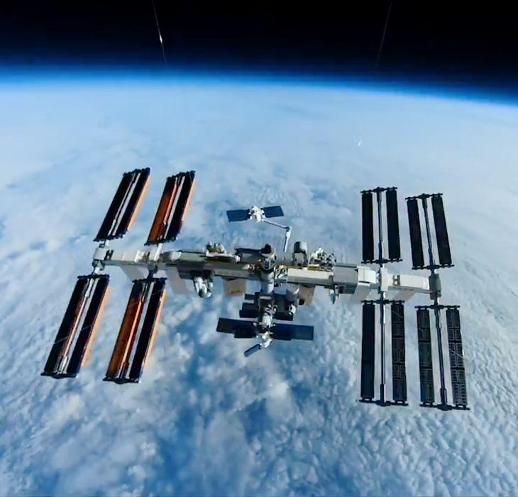 Stacja kosmiczna z klocków LEGO w połowie drogi do przestrzeni kosmicznej