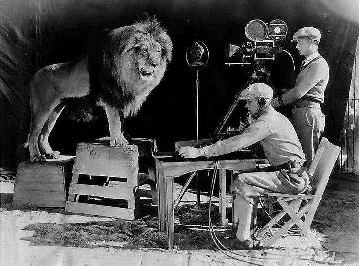 Lew Jackie podczas nagrania, używanego na początku filmów MGM w latach 1928–1956