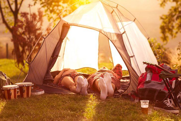Biwak w ogrodzie wybieramy namiot, śpiwór, materac
