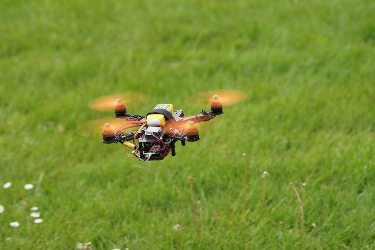 Drony mają praktyczne zastosowanie, ale równie dobrze mogą służyć do robienia powietrznych akrobacji