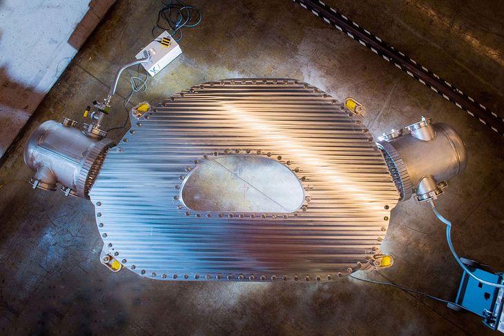 Magnes nadprzewodzący, zaprojektowany i zbudowany przez inżynierów Commonwealth Fusion Systems oraz Plasma Science and Fusion Center MIT.
