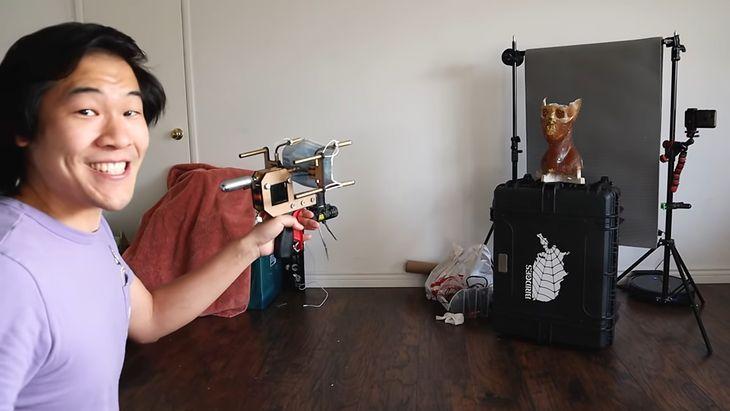 Youtuber Allen Pan demonstrujący działanie swojego pistoletu na maseczki.