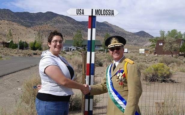 Molossia i jej prezydent, Kevin Baugh, utrzymują przyjazne relacje z innymi krajami