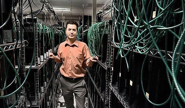 Morgan Bishop z Rome Research Lab przy połączonych konsolach Sony PlayStation 3