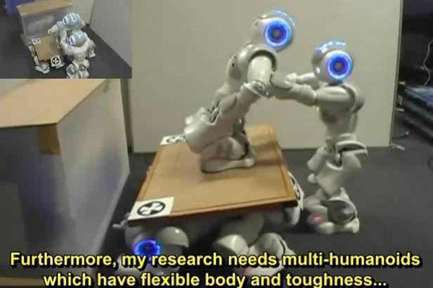 Roboty podnoszą się i asekurują podczas wchodzenia na podwyższenie (Fot. YouTube.com)