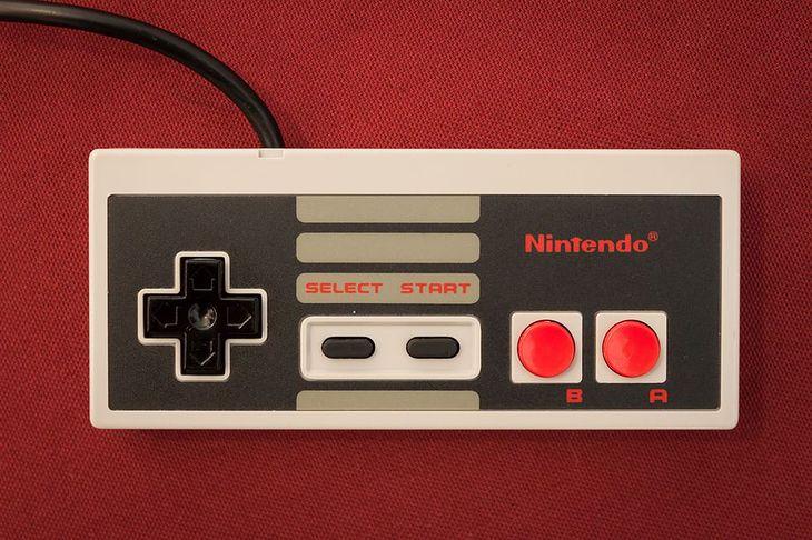 Fotografia pada do NES-a pochodzi z serwisu Shutterstock. Autor: Stefano Tinti
