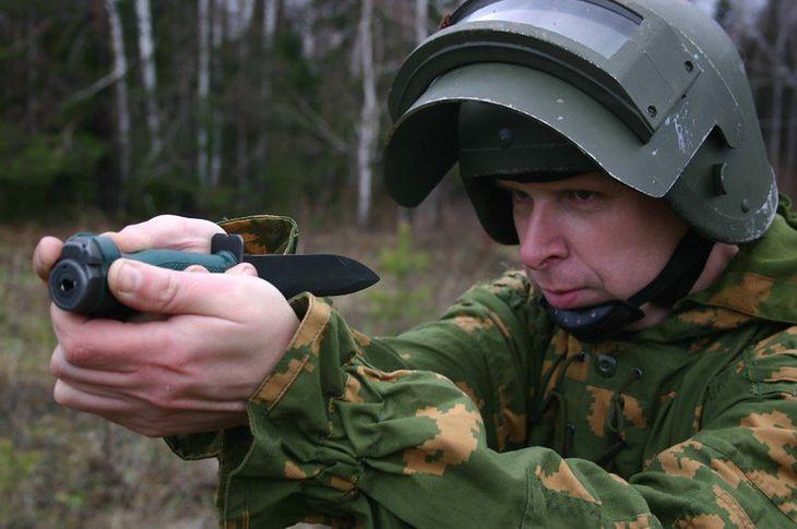 Żołnierz celujący z noża NRS-2