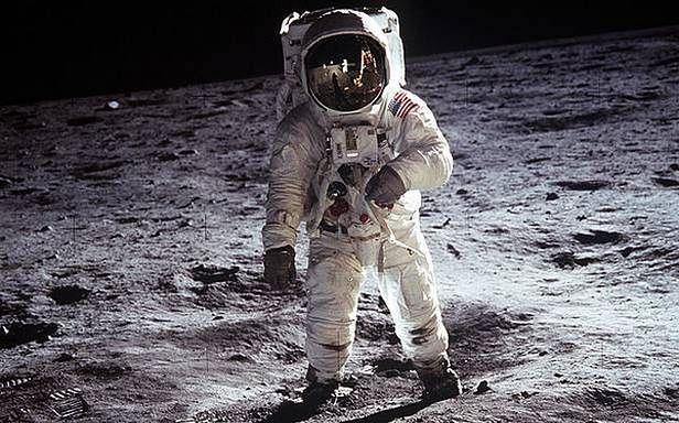 Zdjęcie zrobione Buzzowi Aldrinowi przez Neila Armstronga. Neil jest na nim widoczny w postaci odbicia na szybce hełmu