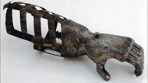 Rewelacyjny Protezy kończyn na przestrzeni wieków. Od metalowych rąk do OJ83