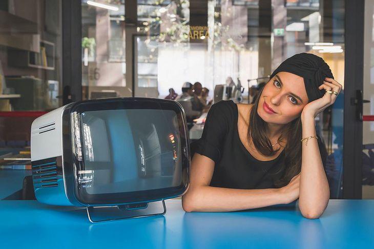 Zdjęcie kobiety z telewizorem pochodzi z serwisu Shutterstock
