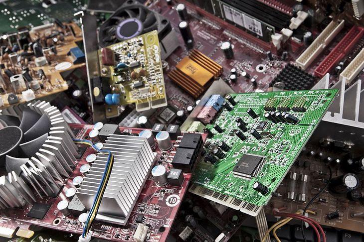 Zdjęcie starych części komputerowych pochodzi z serwisu Shutterstock