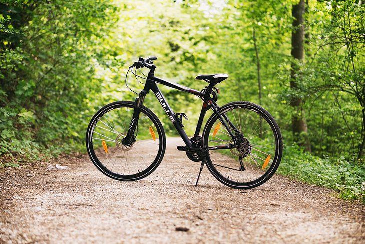 Podczas jazdy po nawierzchniach nieutwardzonych dobrze radzą sobie rowery górskie, crossowe i trekkingowe