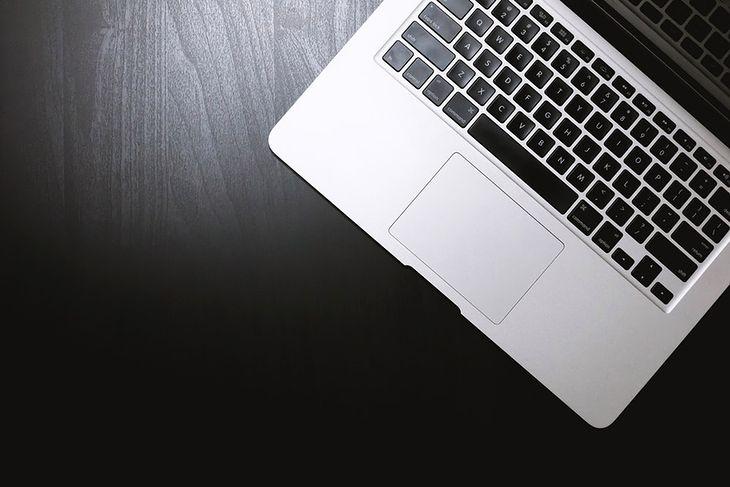 Laptopy za 2000 zł mogą być już całkiem dobrej jakości sprzętem do codziennej pracy i przeglądania multimediów