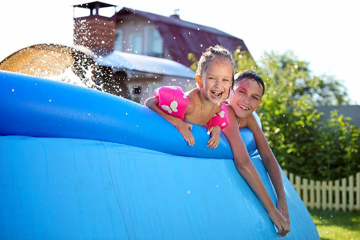 Dmuchany basen ogrodowy dzięki miękkim ścianom jest najbezpieczniejszą opcją dla dzieci