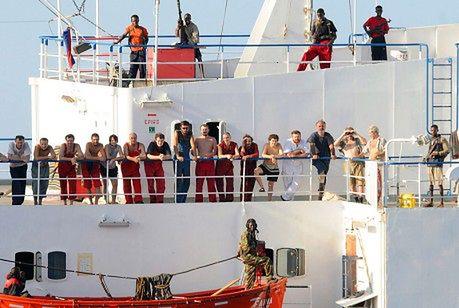 Zobacz jak somalijscy piraci cieszą się ze statku pełnego czołgów
