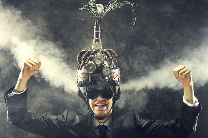 Zdjęcie mężczyzny w steampunkowym hełmie pochodzi z serwisu Shutterstock