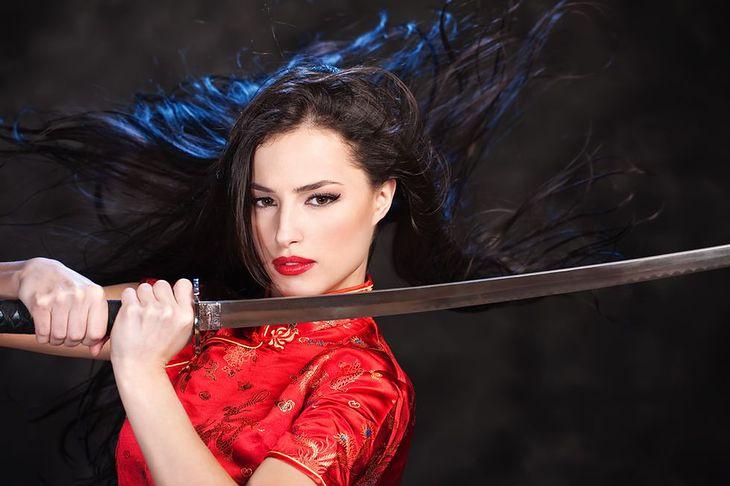 Zdjęcie kobiety z bronią pochodzi z serwisu Shutterstock