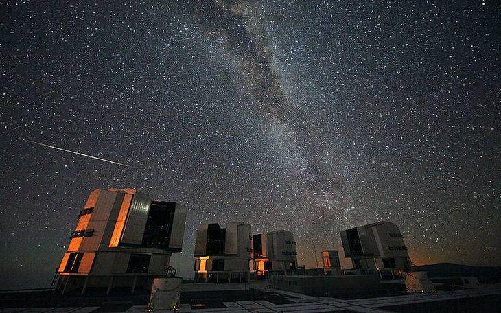 Meteor z roju Perseidów nad teleskopem VLT w Europejskim Obserwatorium Południowym