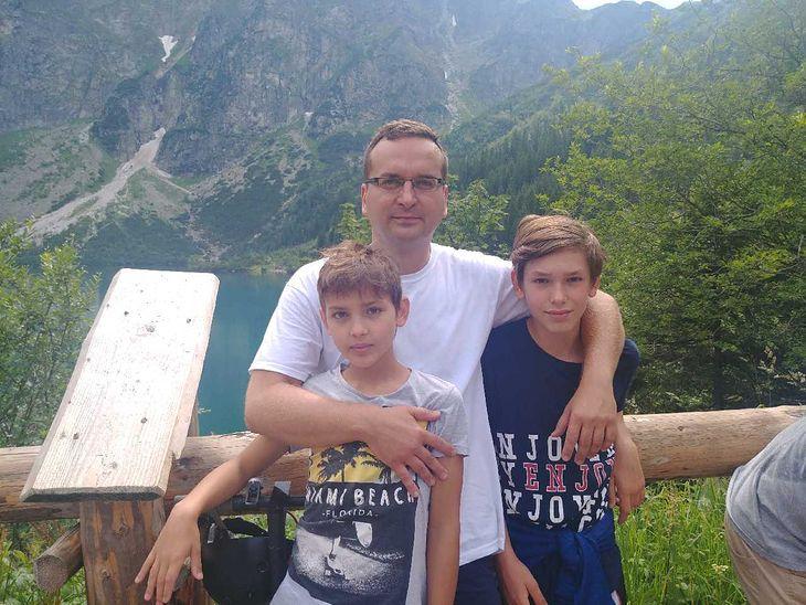 Krakowski radny Łukasz Wantuch ze swoimi synami nad Morskim Okiem