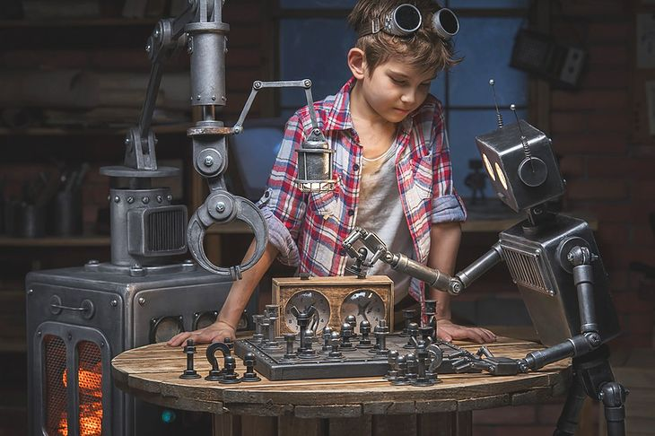 Zdjęcie robotów grających w szachy pochodzi z serwisu Shutterstock