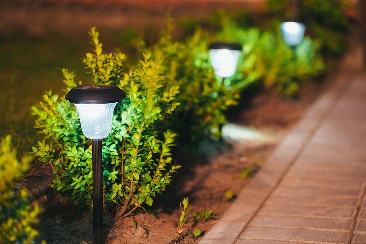 Solarne lampy to jedno z najczęściej stosowanych rozwiązań w oświetlaniu ogrodu