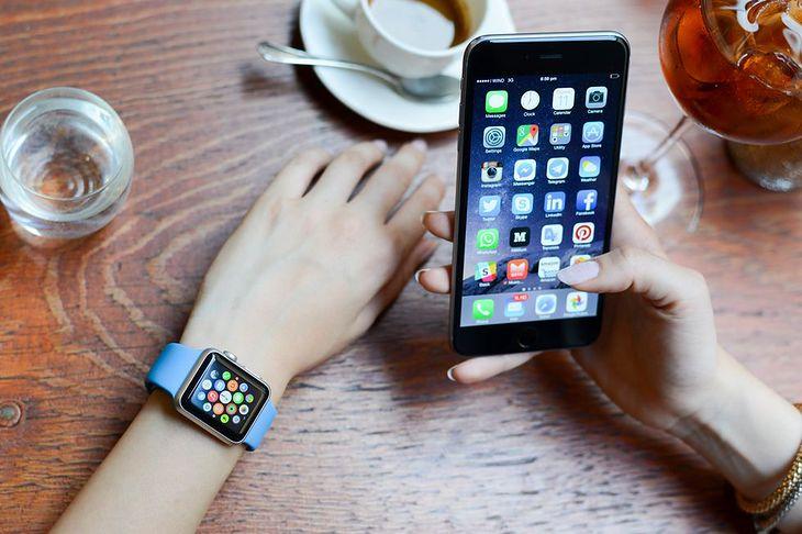 Zdjęcie smartwatcha i smartfona pochodzi z serwisu Shutterstock. Autor: Giuseppe Costantino